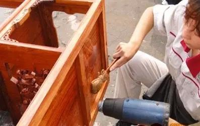 红木知识  我们看到的家具很多型面都需要纯手工打磨,一般先用刮刀刮